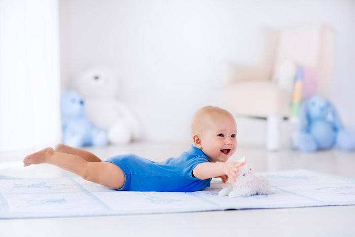 voorkom afgeplat hoofd baby door buikligging